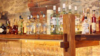 Gute Getränke in einer entspannter Atmosphäre im Edenhofkeller genießen